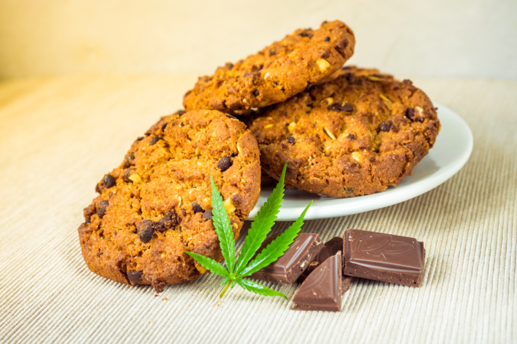 cannabis consumption edible cookies and chocolate